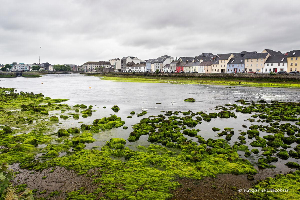 la zona del port de galway a irlanda