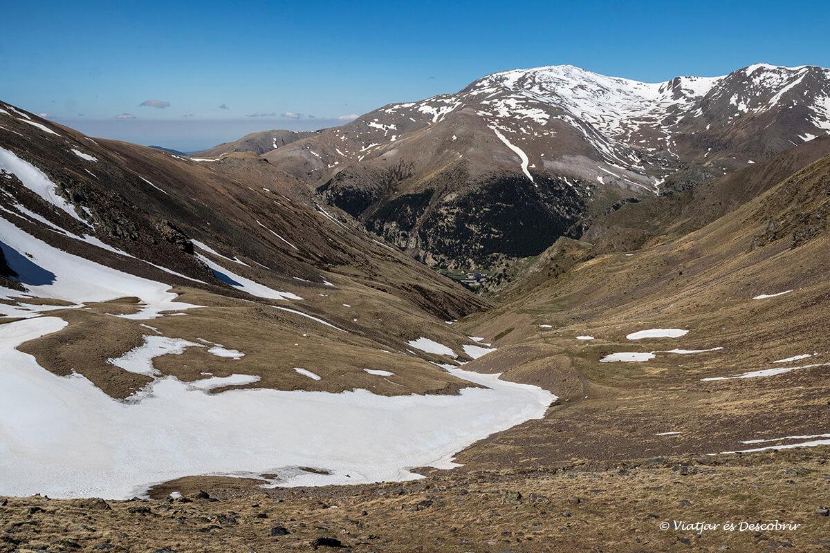 panoramica cap a la vall de nuria a la primavera