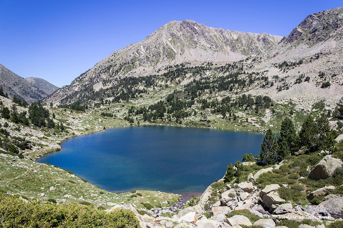 estanys de carançà a l'estiu sota al cel blau