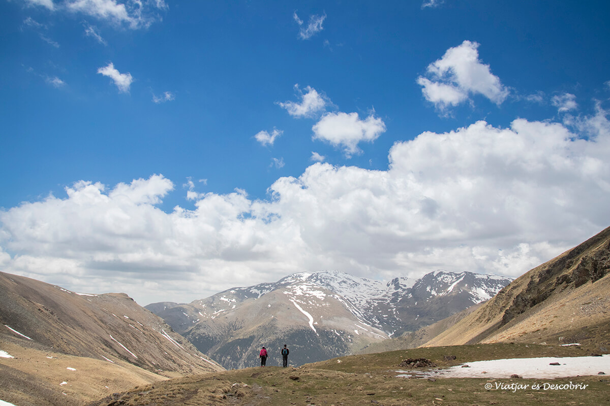 caminant entre muntanyes durant les excursions des de la vall de nuria