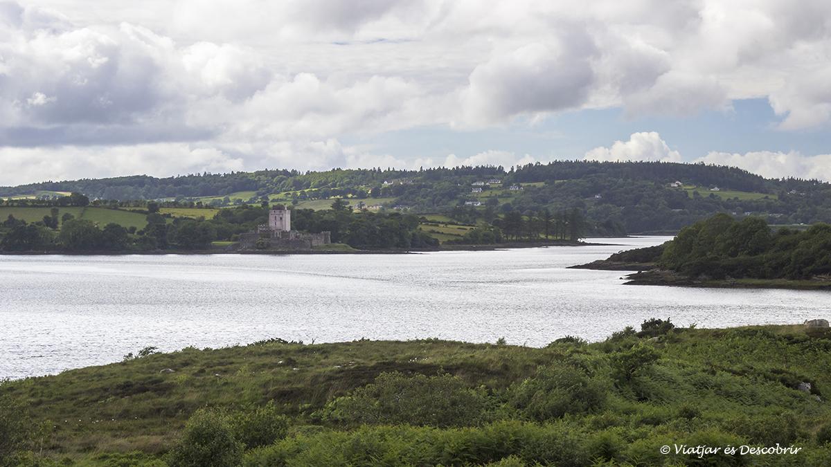 paisatge de costa que envolta un castell d'irlanda