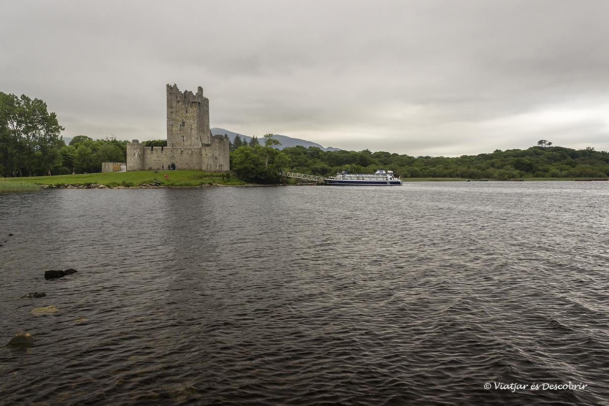 castell d'irlanda davant d'un llac