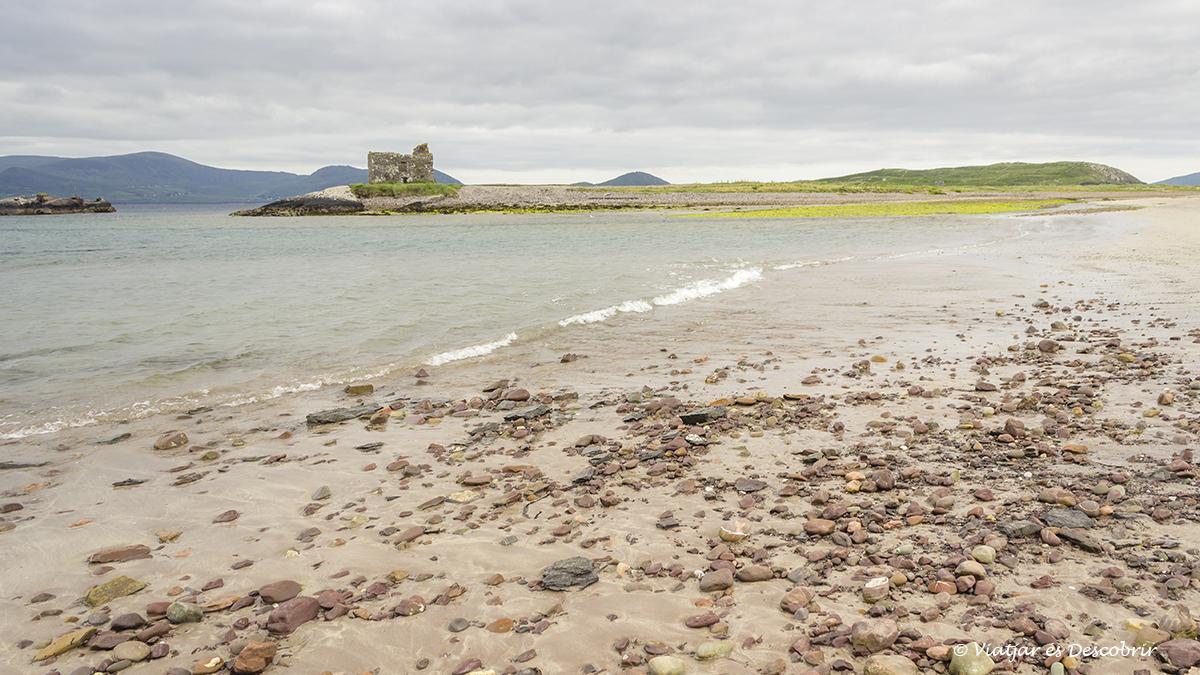 Castell de Ross envoltat de la platja