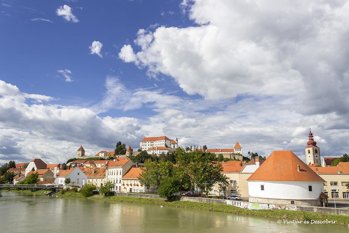 vista de la ciutat de ptuj des del riu