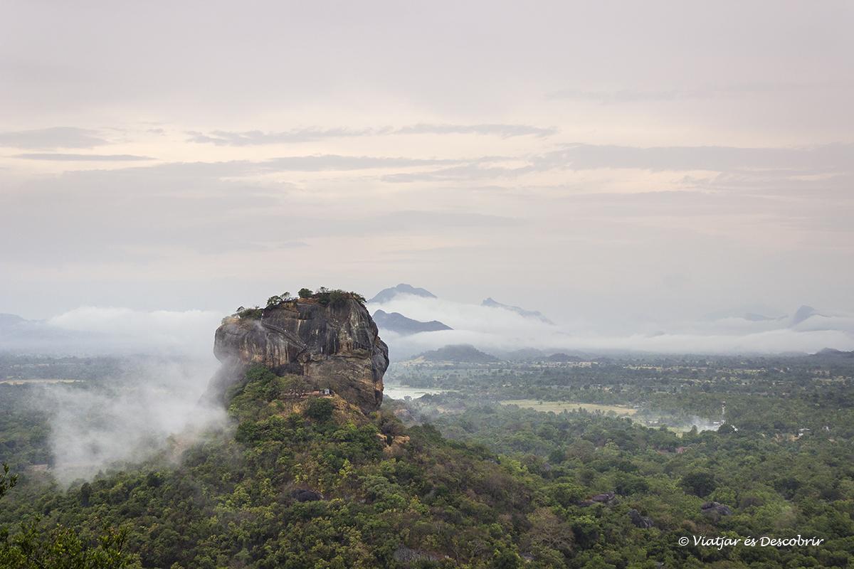 roca del lleo vista des del cim de la roca pidurangala