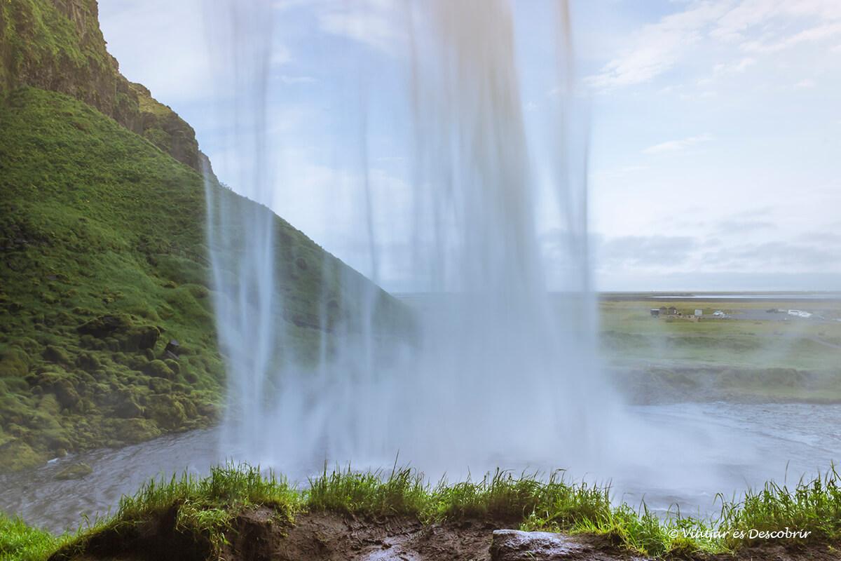 la cascada Seljalandsfoss és una de les cascades d'Islàndia més singulars