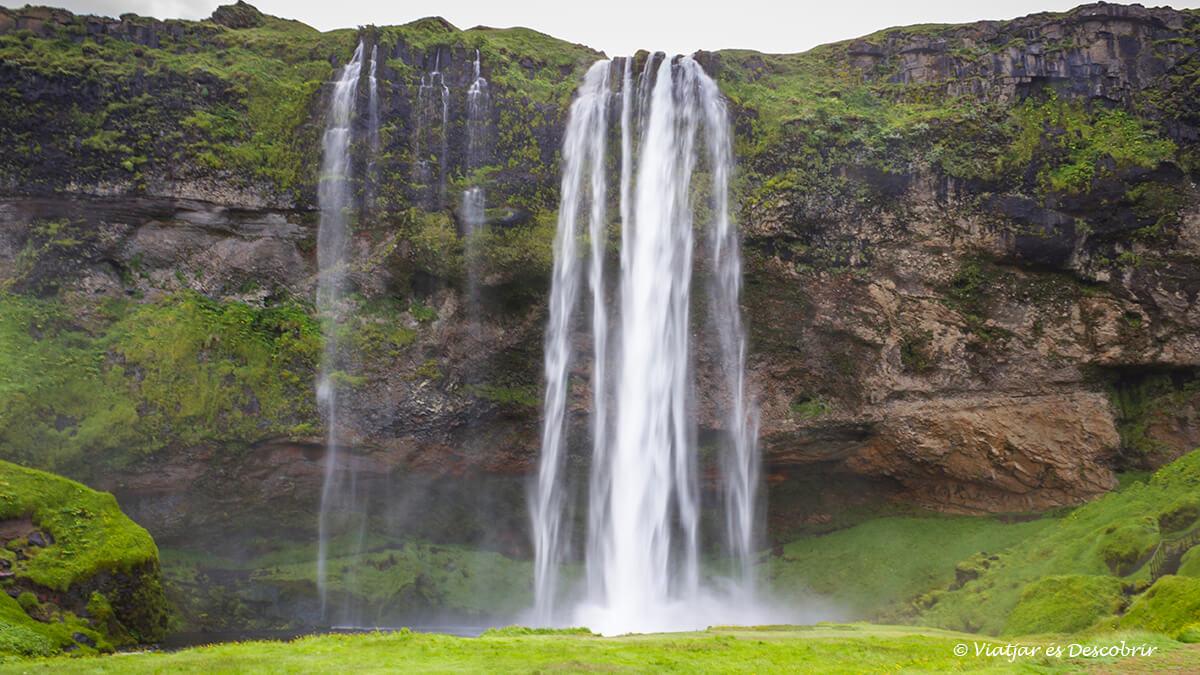 entre les millors cascades d'Islàndia destaca la Seljalandsfoss