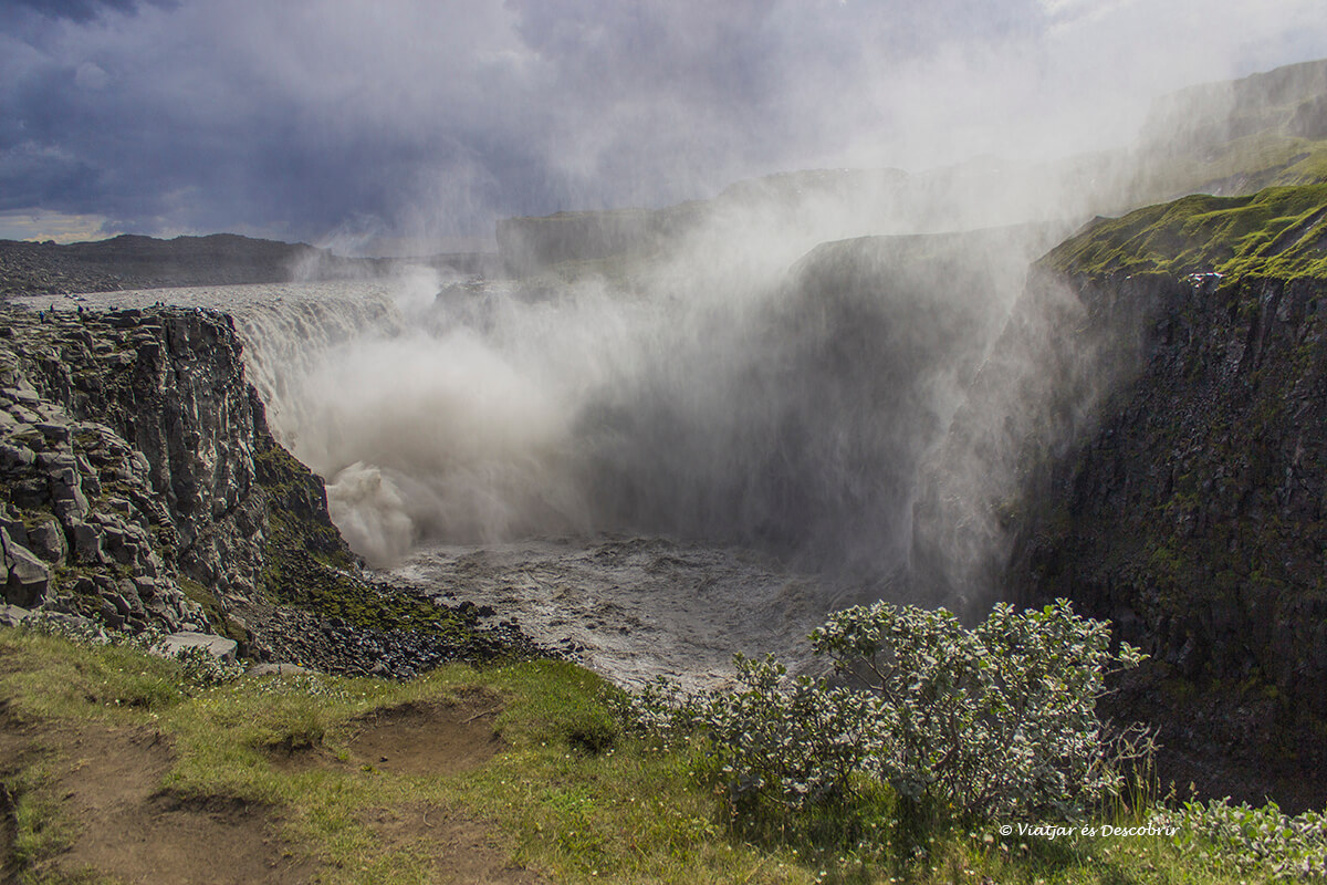 L'aigua i espuma de la Dettifoss sota un dia de pluja a l'estiu a Islàndia