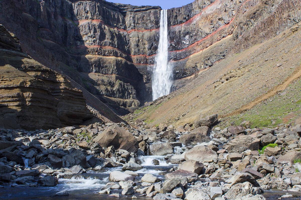 la cascada Hengifoss vista des de la proximitat, una de les millors cascades d'Islàndia