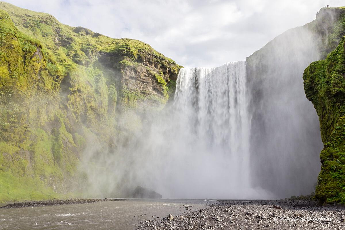 la skogafoss és una de les cascades d'Islàndia més sorprenents