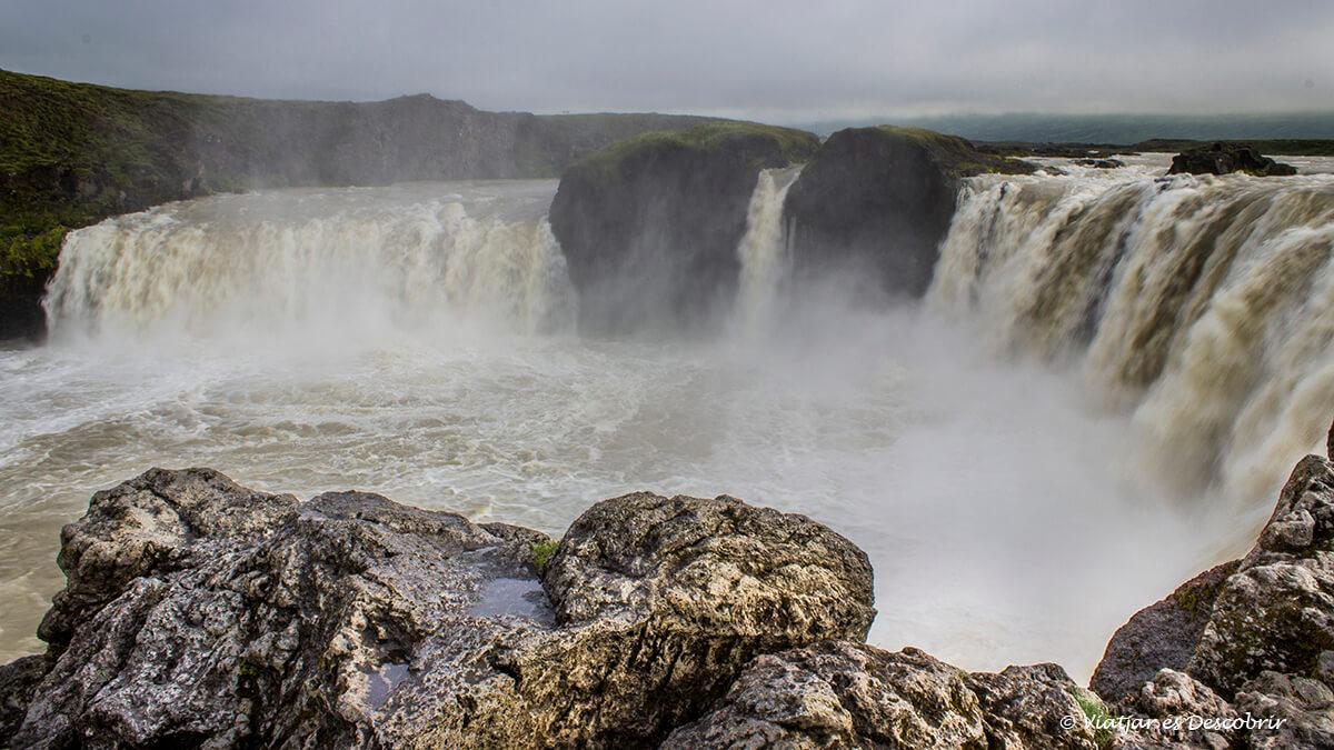 fotografia pròxima de la cascada Godafoss a Islàndia