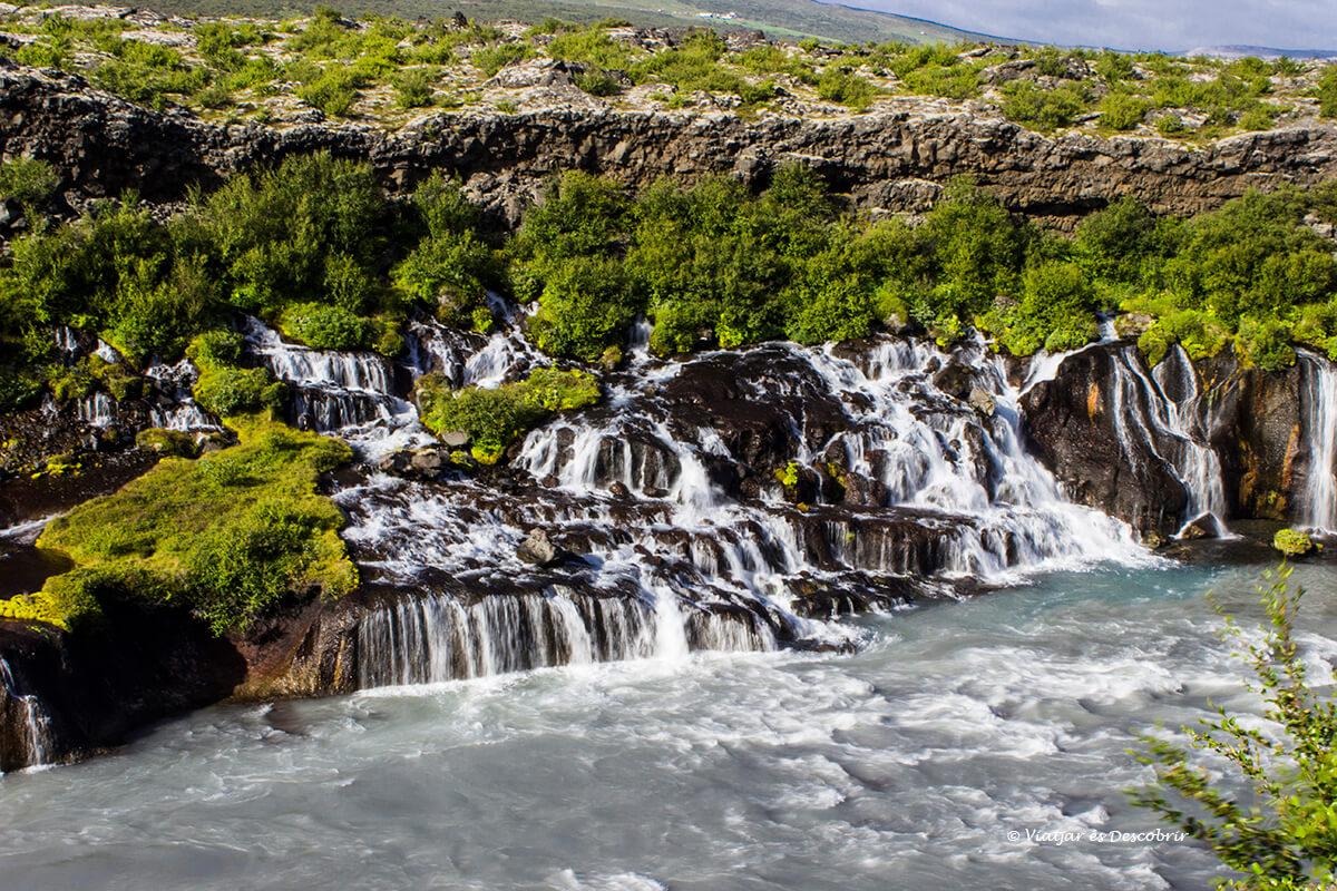 paisatge sorprenent de Hraunfossar entre les millors cascades d'Islàndia