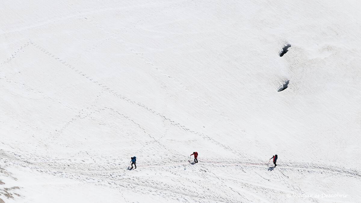excursionistes caminant sobre la neu des de l'aiguille du midi