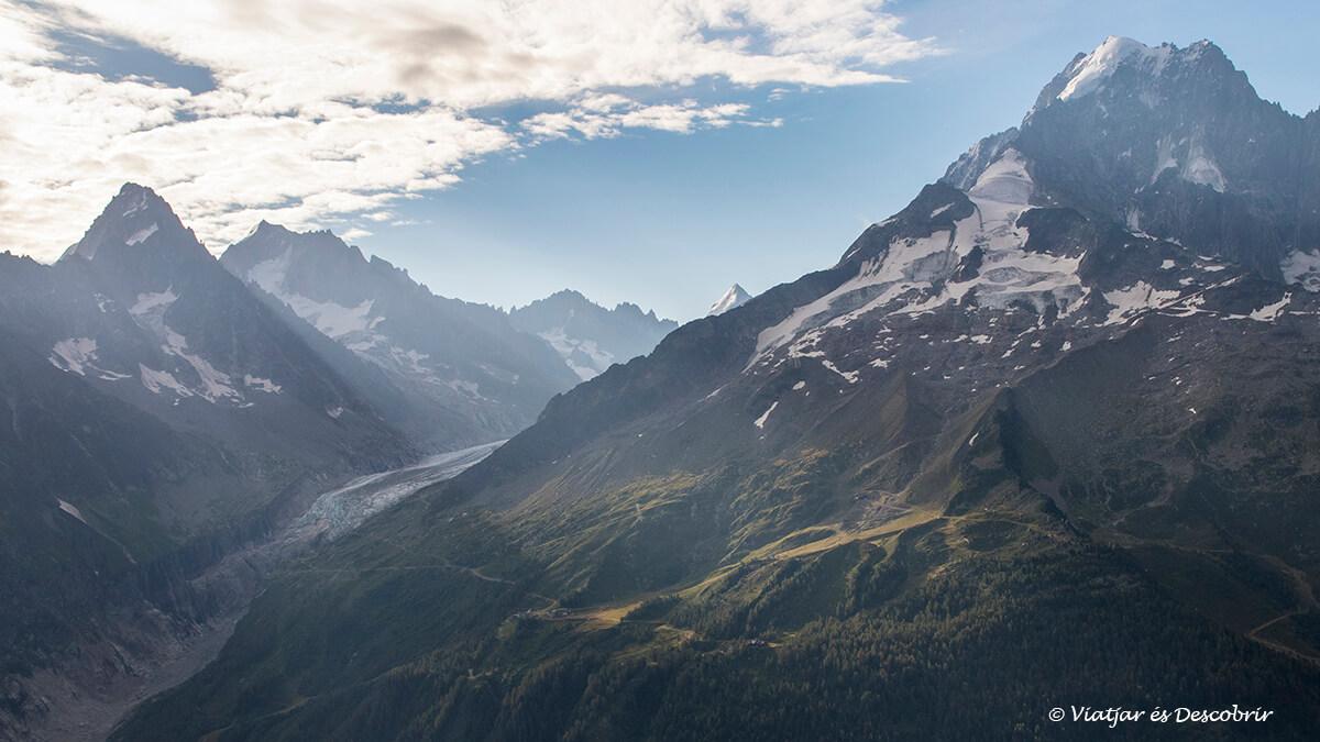 paisatge dels alps francesos  a la sortida de sol durant el viatge a chamonix