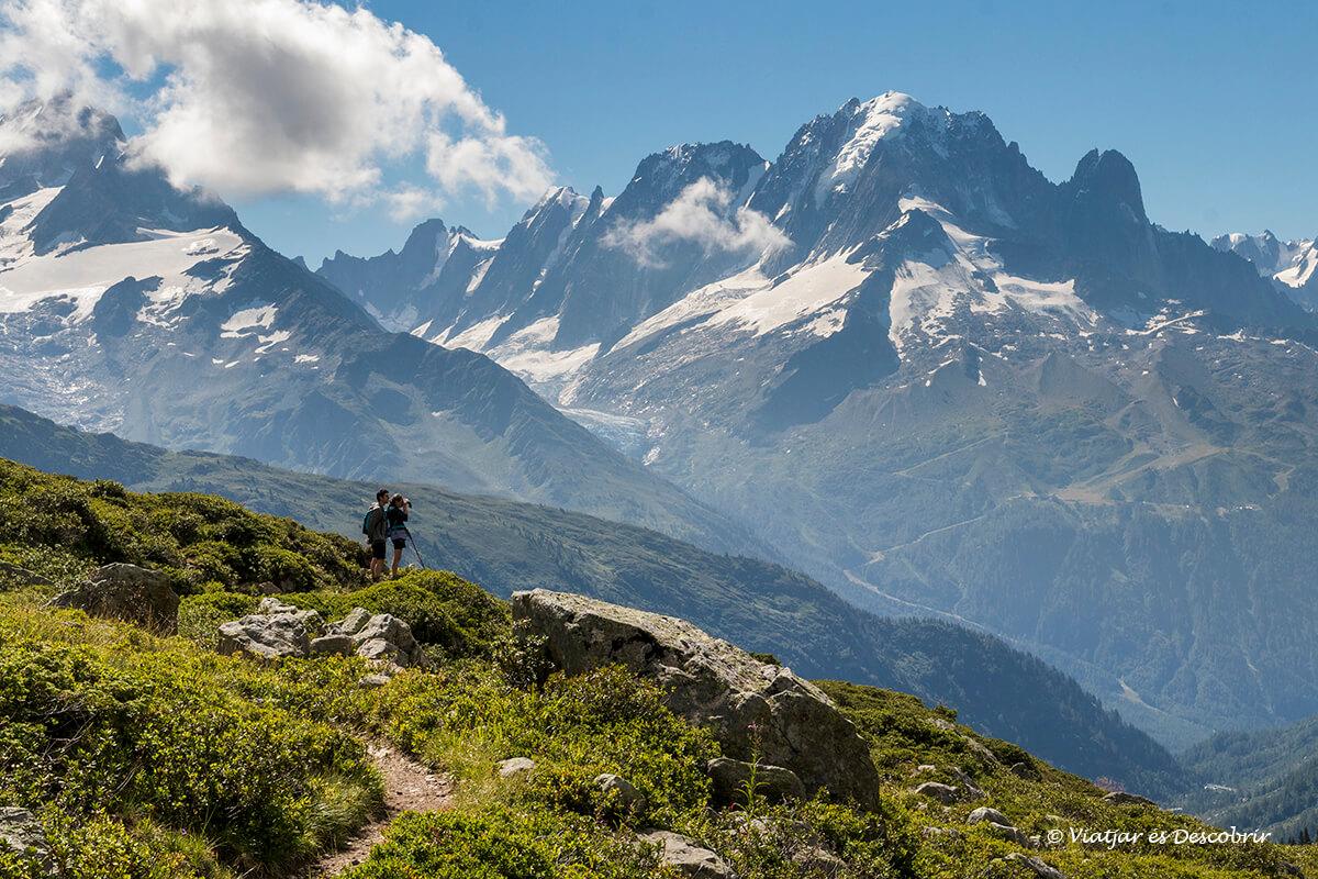 senderisme des del poble de le buet amb les muntanyes de fons
