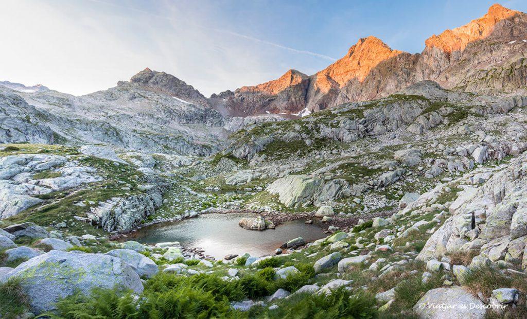 Sortida de sol des d'un petit refugi del pirineu francés