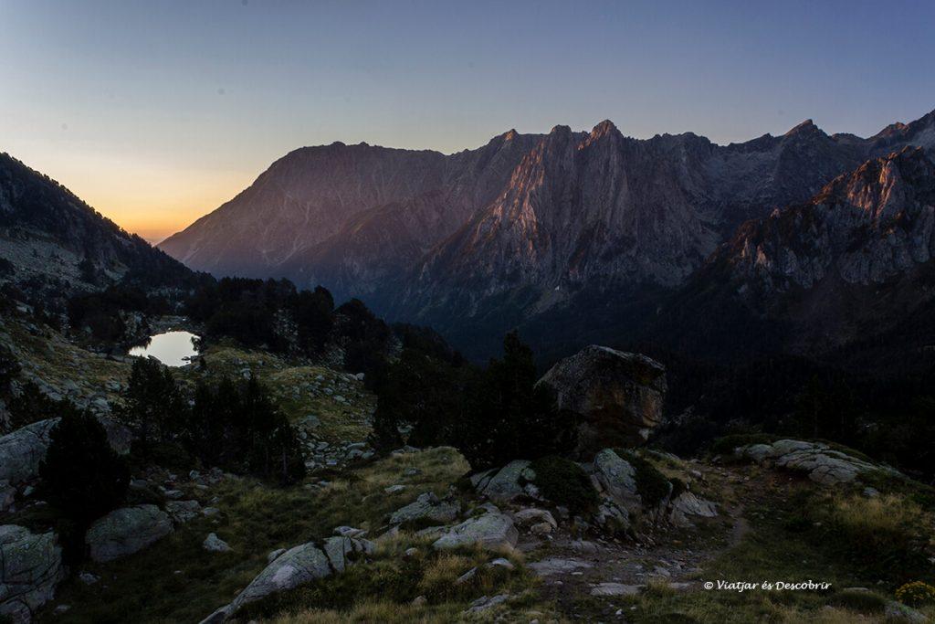 sortida de sol vista des del refugi d'amitges als pirineus catalans
