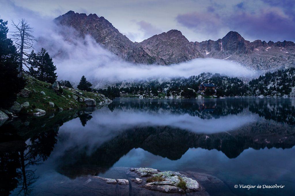 núvols i llums màgiques a un dels refugis del pirineu amb més encant
