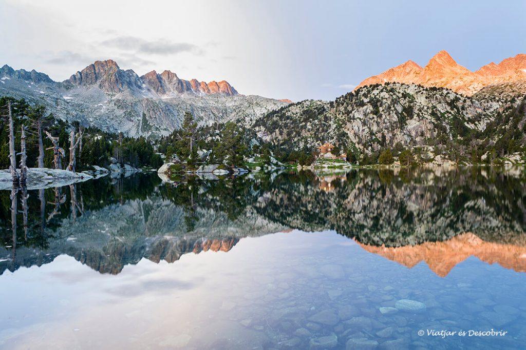 primeres llum del dia al refugi josep maria blanc als refugis del pirineu