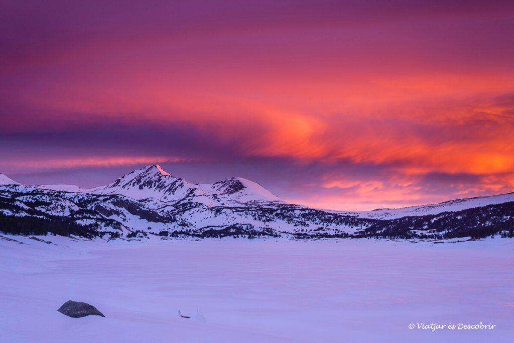 una màgica sortida de sol a l'hivern des d'un refugi del pirineu