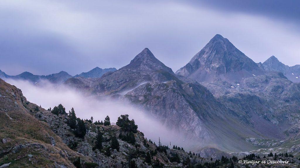 les grans muntanyes que envolten al refugi del pirineu de respumoso