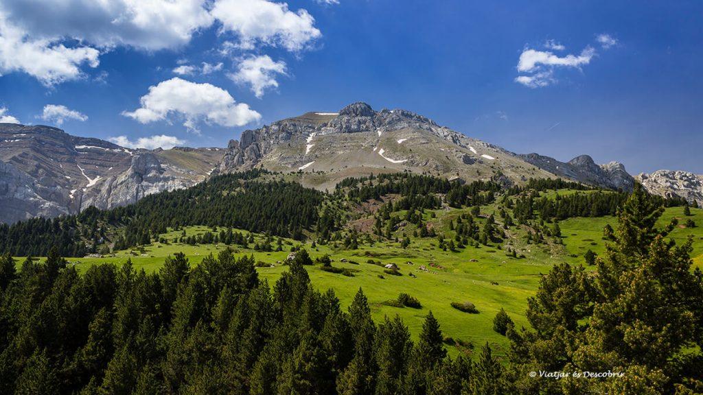Refugi de Prat d'Aguiló amb vistes a les muntanyes del cadi