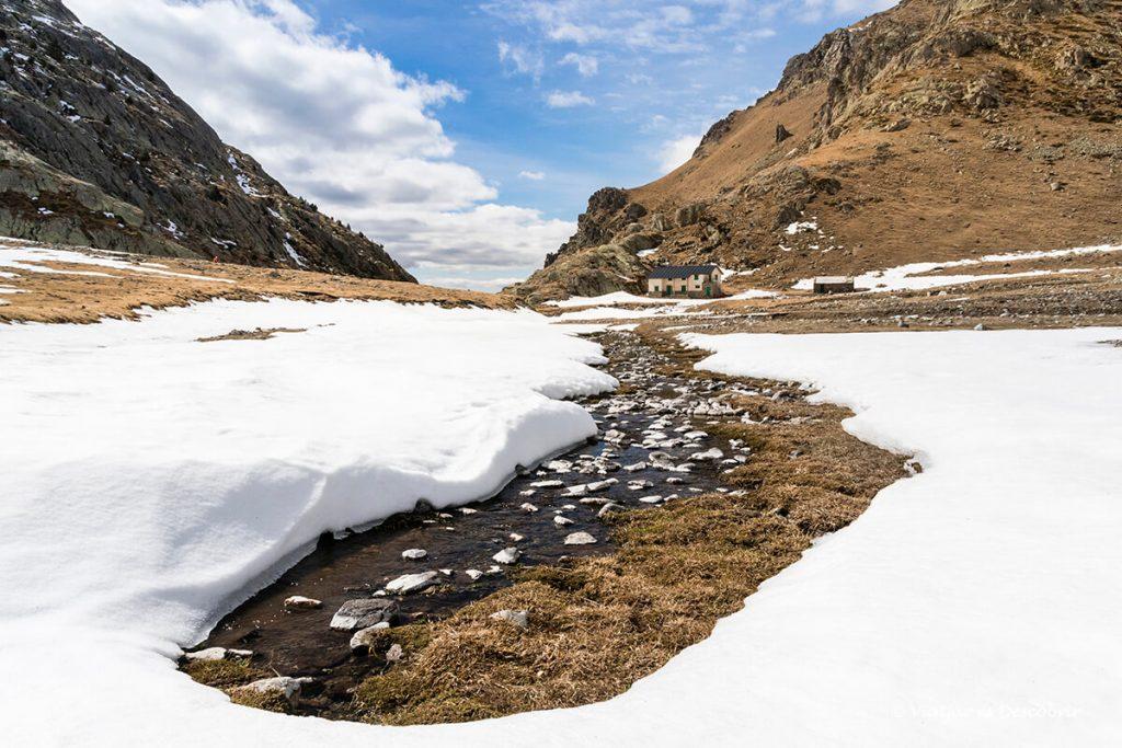 refugi al pirineu de coma de vaca envoltat de neu