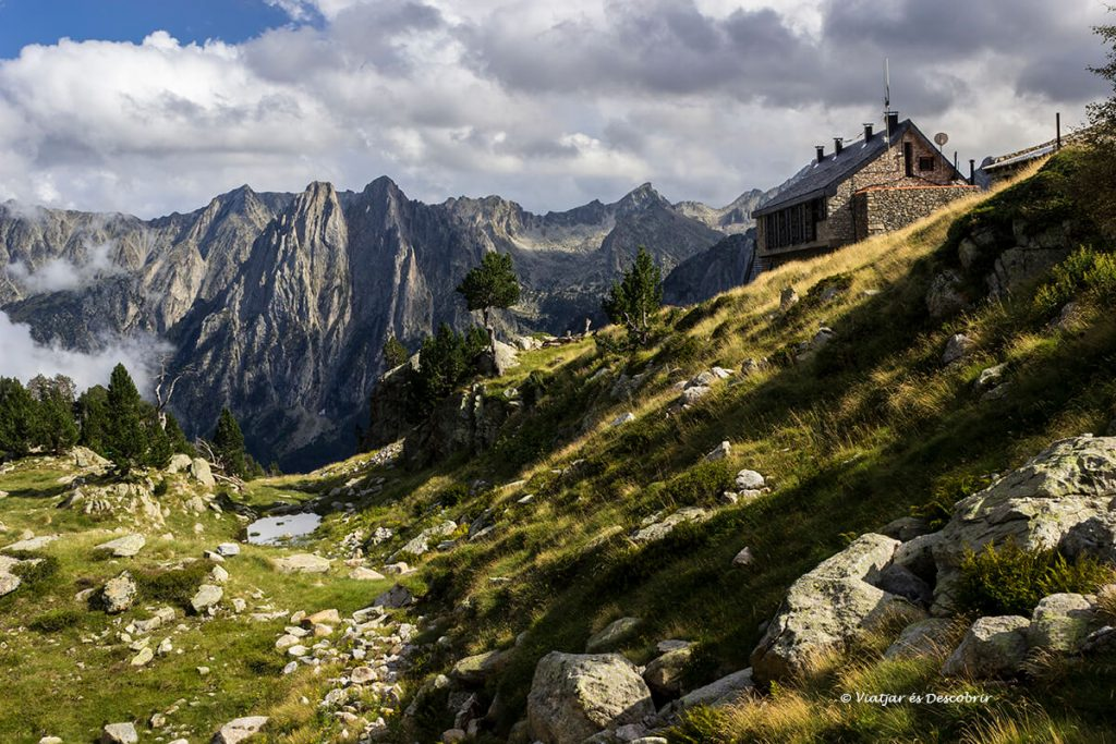 vistes des del refugi d'amitges, un dels refugis del pirineu més bonics