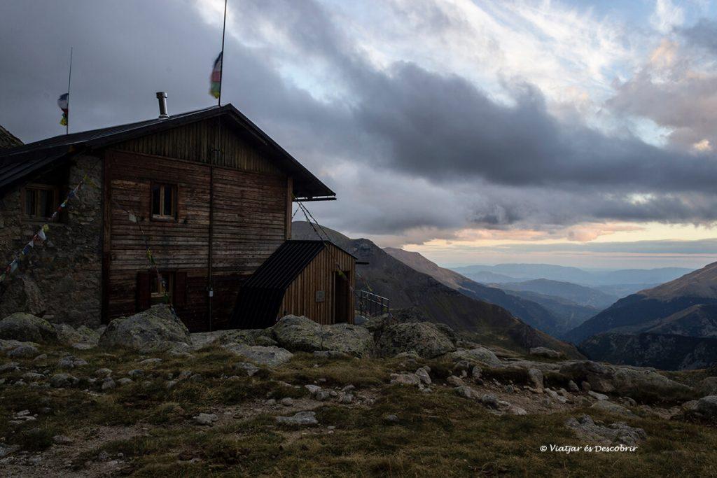 posta de sol al refugi de colomina entre muntanyes