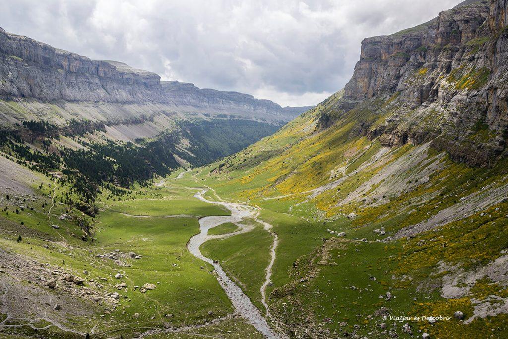 pradera ordesa al parc nacional d'ordesa de camí a un dels refugis del pirineu més salvatge
