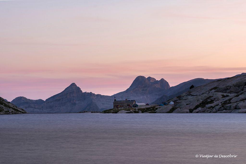 sortida de sol sobre el Refuge d'Arrémoulit, un dels refugis del pirineu més espectaculars