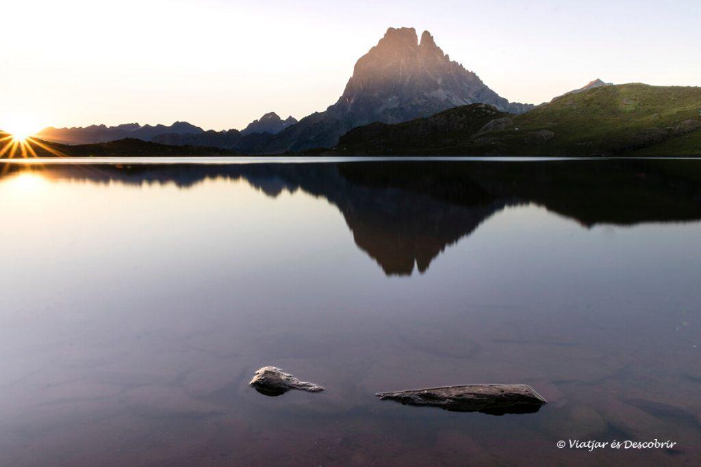 sortida de sol sobre el lac gentau i el pic du midi ossau