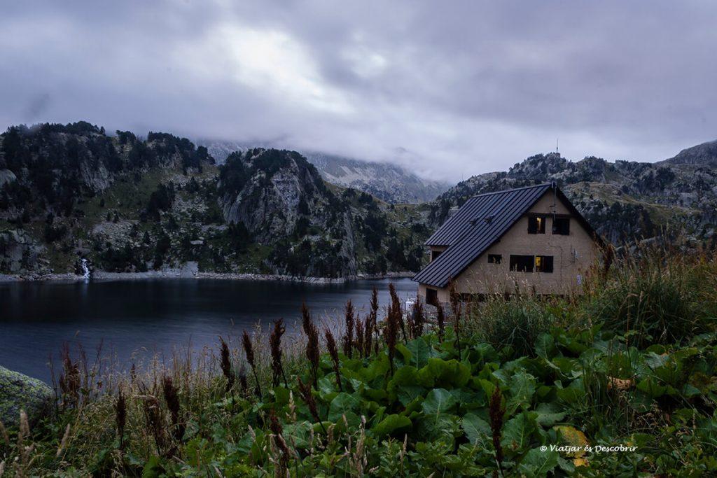 el bonic refugi de colomers al costat de l'estany de colomers
