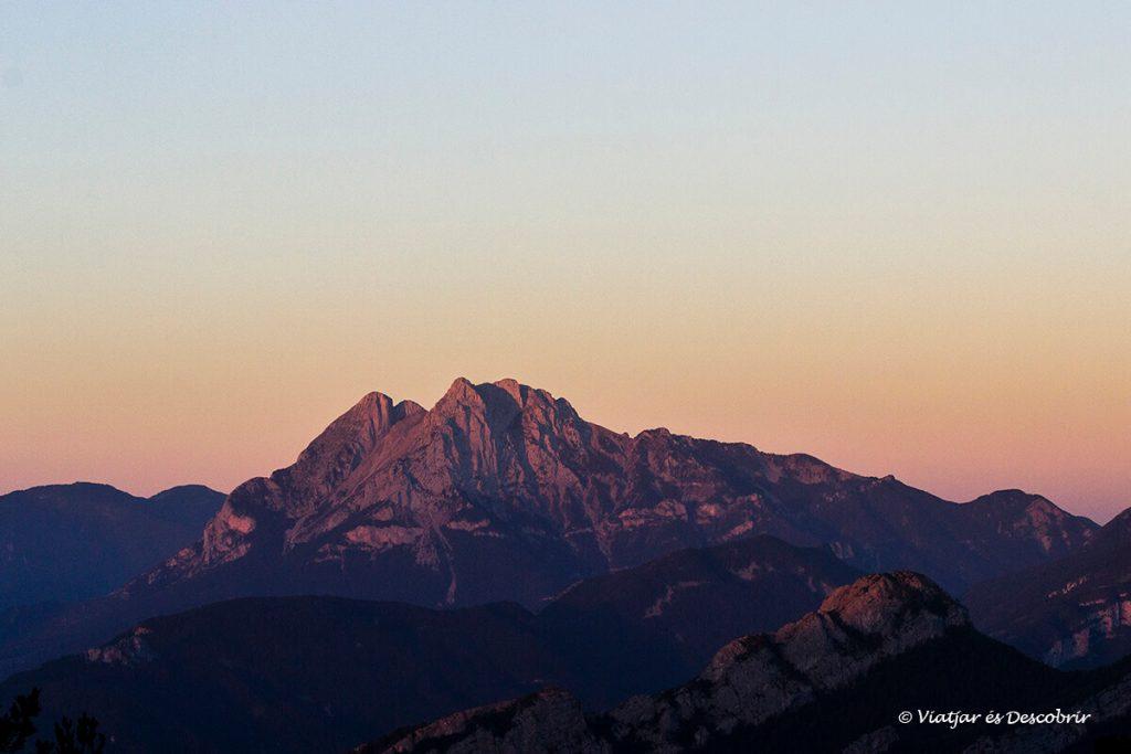 sortida de sol sobre el pedraforca des d'un dels refugis més bonics del pirineu