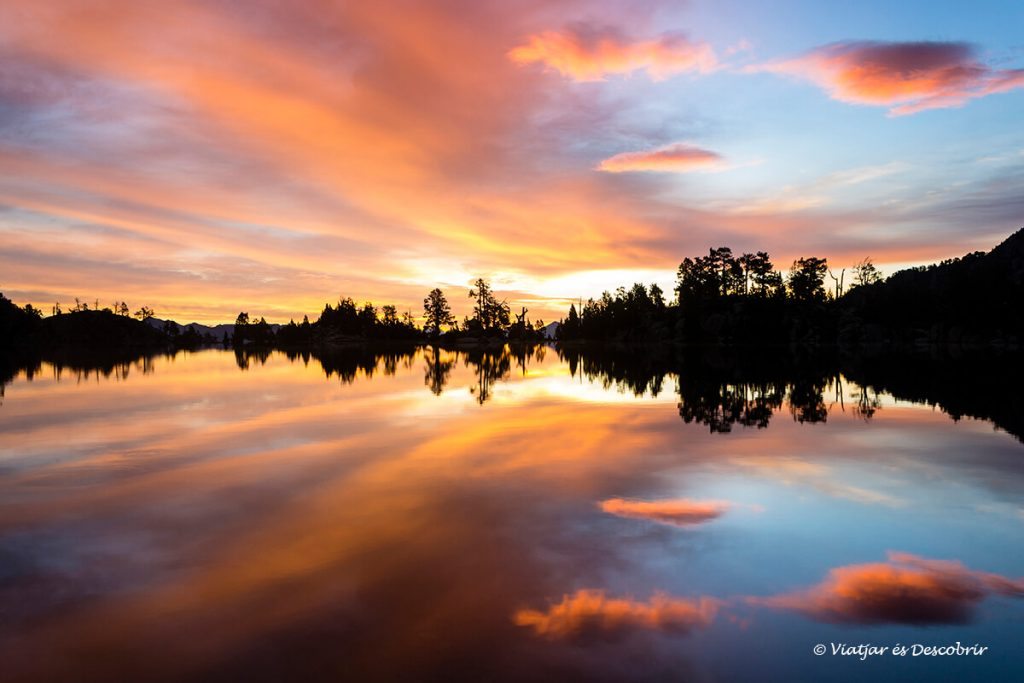 reflexes sorprenents a l'estany tort a prop d'un dels refugis del pirineu