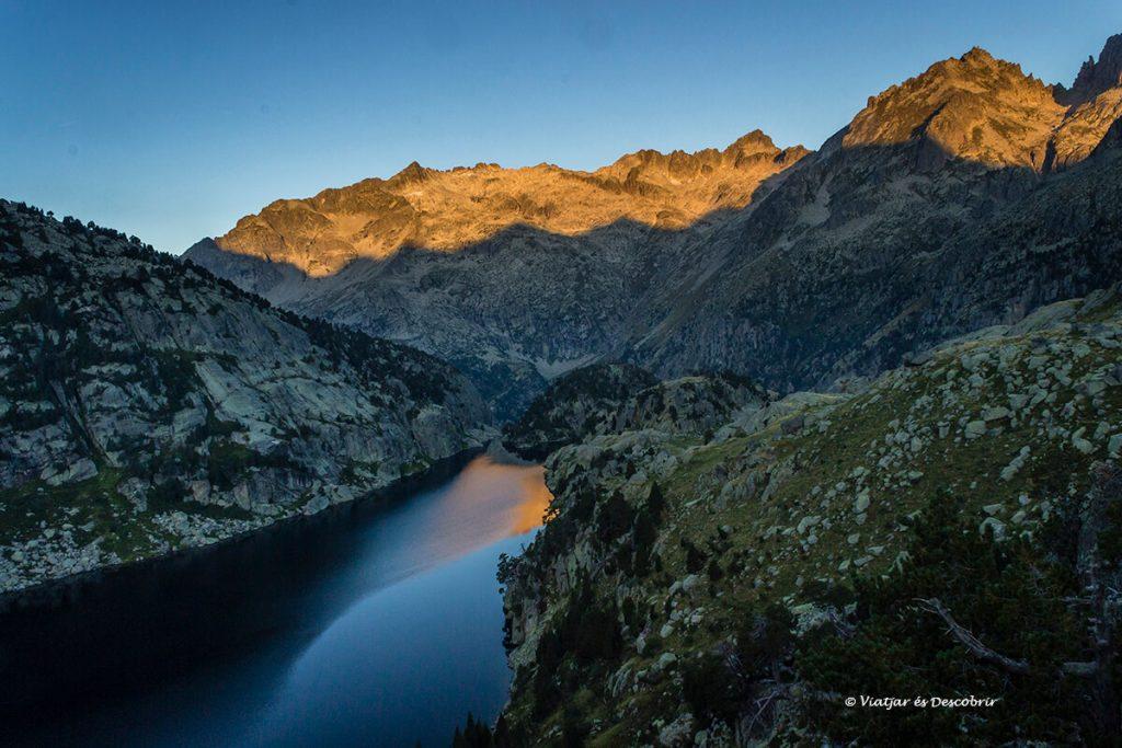 sortida de sol des del refugi de ventosa i clavell un refugi del pirineu ple d'encant