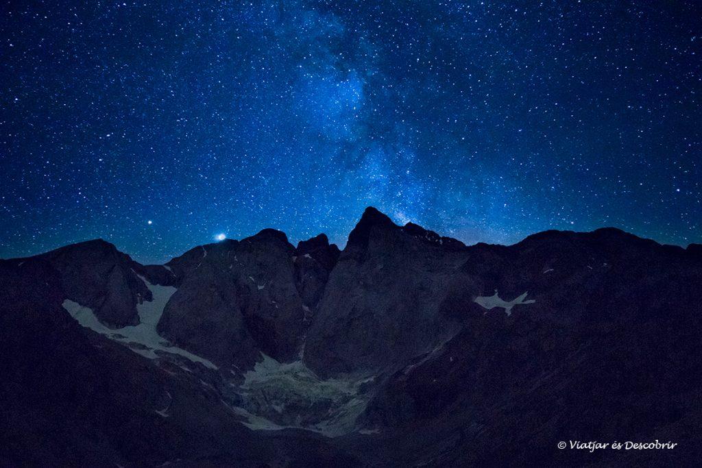 nit estrellada des d'un dels refugis del pirineu francés més espectaculars