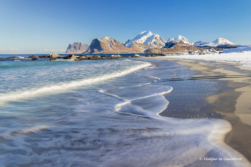 platja Storsandnes nevada a la ruta amb cotxe a les illes lofoten