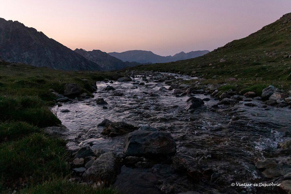 riu durant l'ascensió al posets a l'estiu