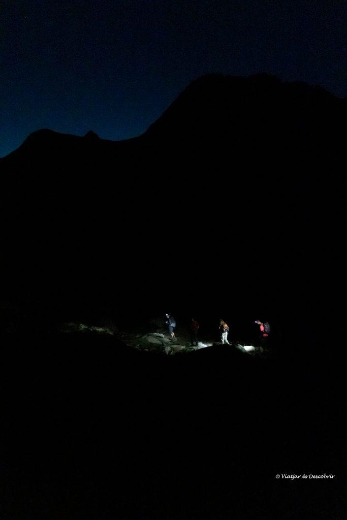 caminant en la foscor a l'inici del segon dia de l'ascensió al posets