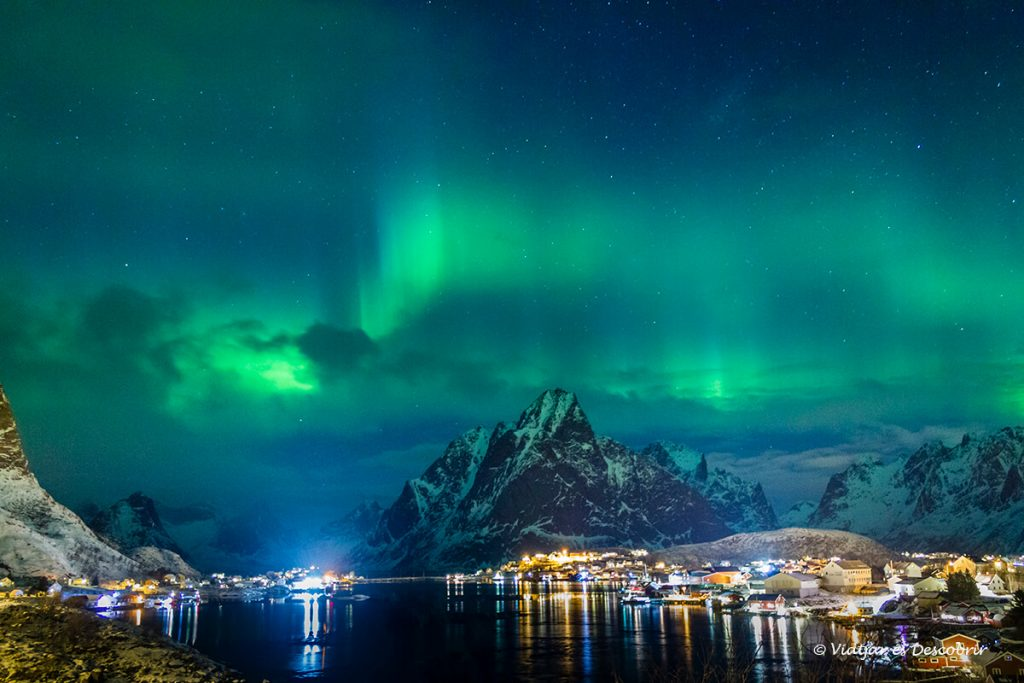 aurora boreal intensa sobre el poble de reine a noruega
