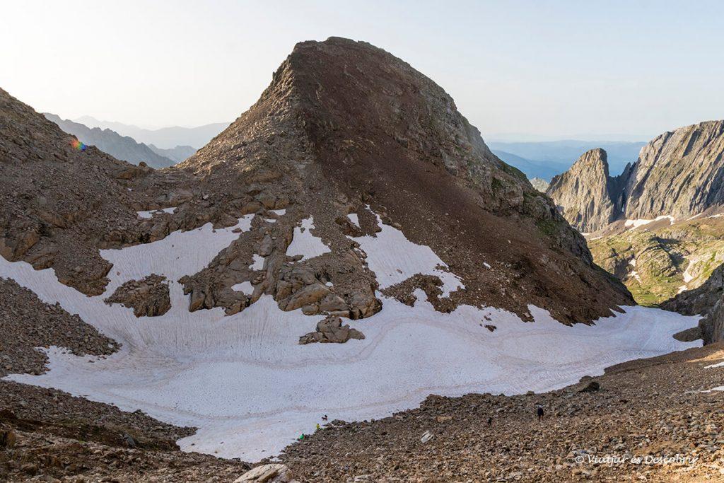 canal fonda amb neu a la primera part de l'ascensió al posets