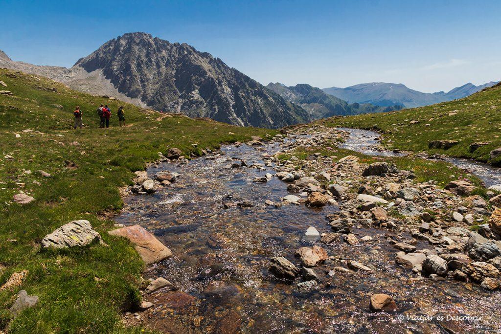 rierol i vall verda al final de l'ascensió al pic posets des d'eriste