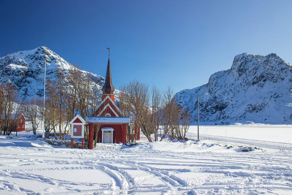 Flakstad Kirke envoltada de neu