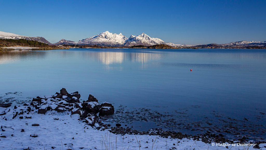 platja a l'hivern a les illes lofoten amb muntanyes al fons