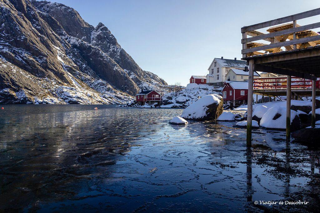 port de Nusfjord amb l'aigua glaçada