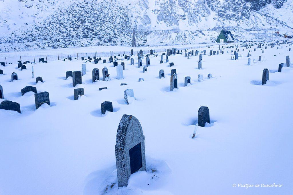cementiri entre la neu a les illes lofoten