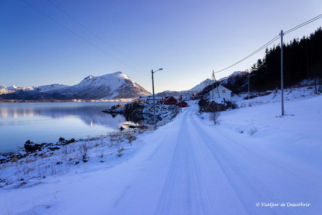 carreteres amb neu durant la ruta amb cotxe per les illes lofoten