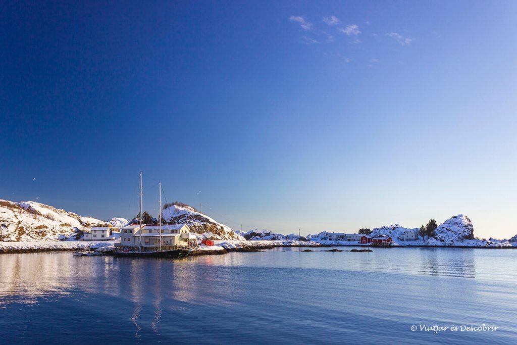 cel blau durant un dia d'hivern a la laponia noruega amb cotxe