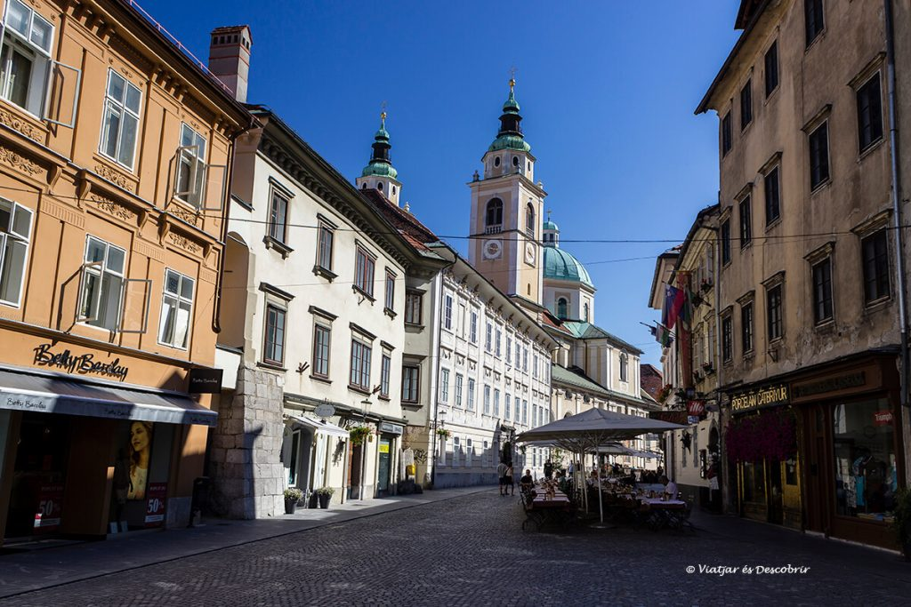 carrer del centre històric de ljubljana amb la catedral de sant nicolau
